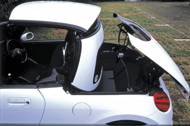 画像: アクティブトップは、パーキングブレーキを掛け、トランク内のパーティションをセットしないと作動しない。