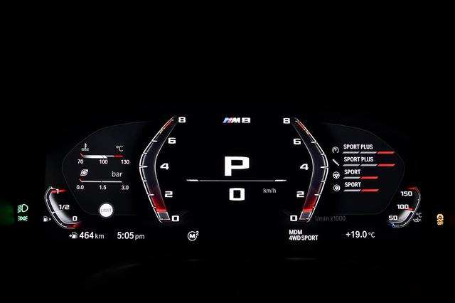 画像: BMW M8クーペのメーターはフルデジタルとなる。レッドゾーンは7000rpm強からはじまっている。