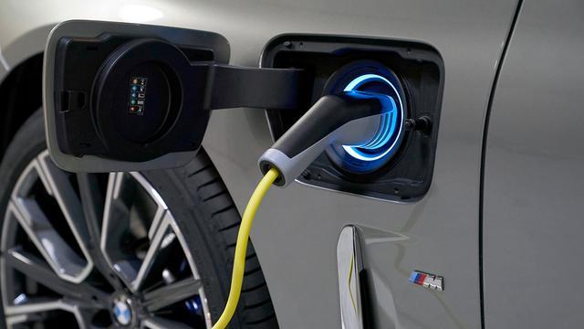 画像: プラグインハイブリッド車の745eは、リチウムイオン電池の容量が増えたことで、満充電時のEVモード走行距離は、50~58kmを実現。
