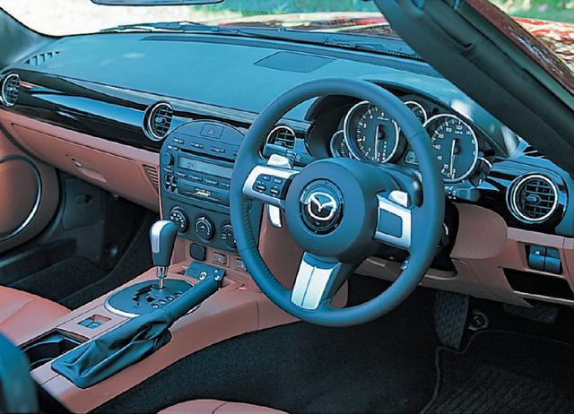 画像: インテリアは、RSや標準車はブラック基調だが、写真のVSでは馬具をイメージしたブラック/タンの2トーンとしている。
