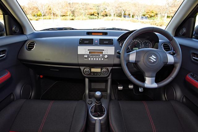 画像: 本革巻きステアリングなどを装備するが、インパネの基本デザインは標準車と大きく変わらない。