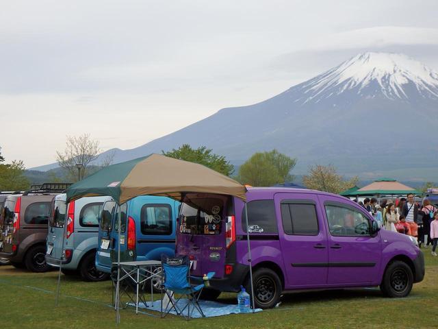 画像: 色とりどりのカングーが1000台以上駐車する姿は圧巻。オーナーはイベントを思い思いに過ごしている。