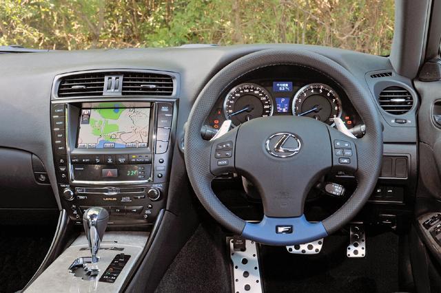 画像: インテリアの基本デザインは標準車と同じだが、速度計は300km/hスケール、ステアリングやシートはIS Fの専用品だ。