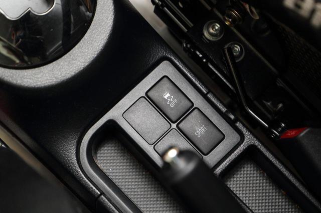 画像: DL WPMS Vitz CVTのシフトの近く、センターコンソルに配置されている「スポーツCVTモード」のボタン。