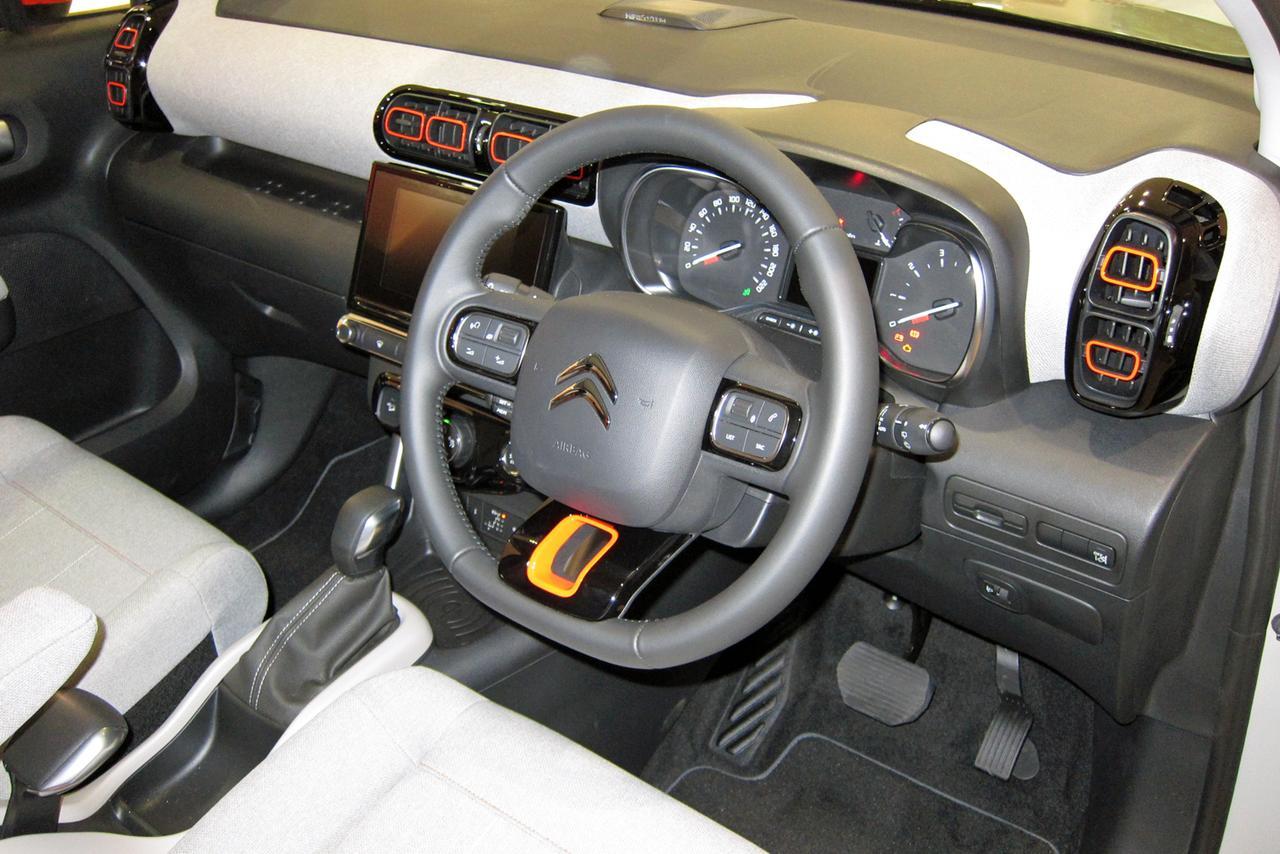 画像: インパネのデザインも基本的にC3と共通だが、ダッシュボードにシートと同じ生地が張られている。