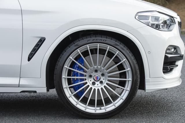画像: 試乗車は、アルピナクラシック22インチホイール&タイヤセット(49万円)を装着する。