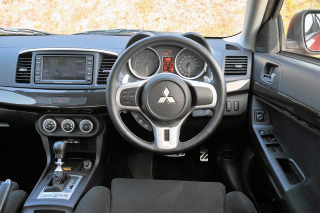 画像: シンプルな上面形状を持つアーチ状フォルムのインパネは、運転時の集中力を高めるコンセントレーションがテーマ。