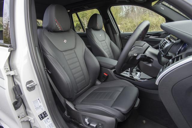 画像: フロントシートバックはアルピナメタルエンブレムが装着される電動調整式スポーツシート。