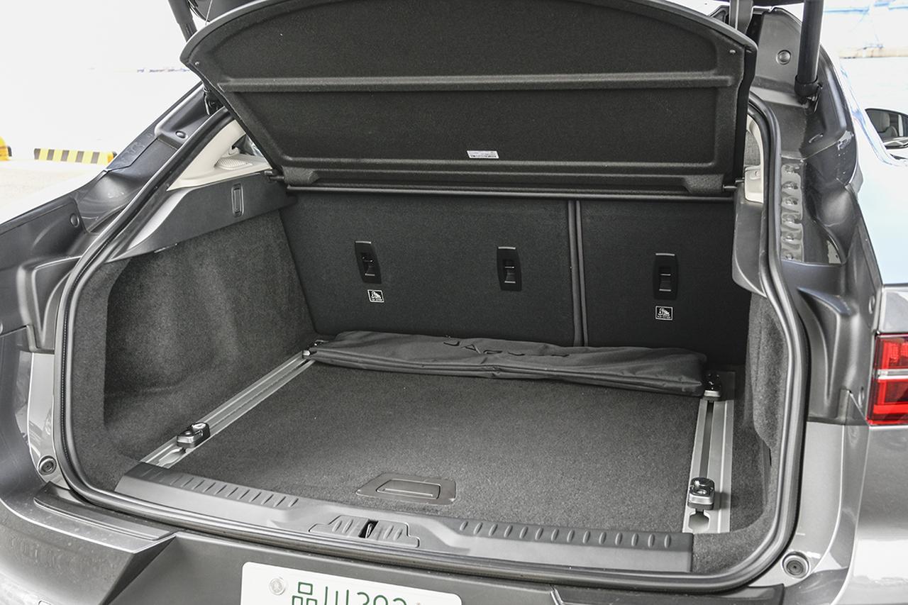 画像: サスペンションがコイルかエアかで荷室容量が違う。標準時638/656L、最大では1435/1453L。