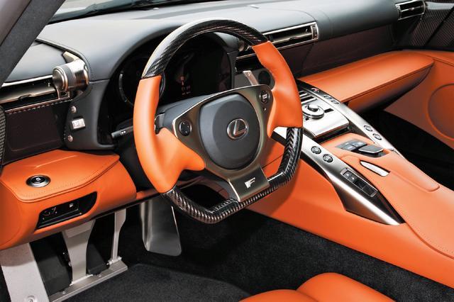 画像: 乗員を前後車軸間の中心寄りに配置。ドライバーが車両の挙動を直感的に感じやすいドライビングポジションを設定している。