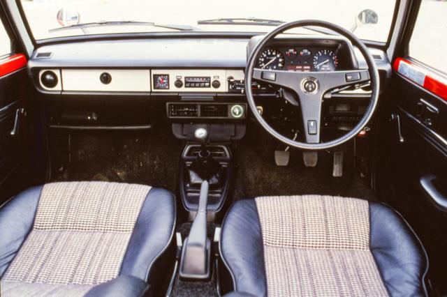 画像: トヨタの2代目スターレット Sのコクピット。タコメーターのレッドゾーンは約6000rpmから始まっている。