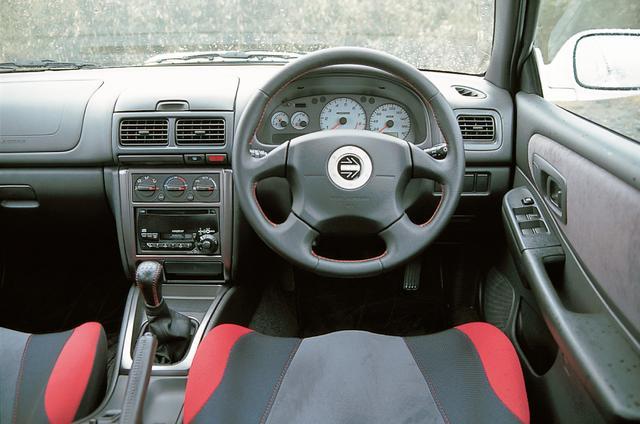 画像: タコメーターを中央に配置した機能的なコクピット。ステアリングはシリーズの定番となったMOMO社製を継承。