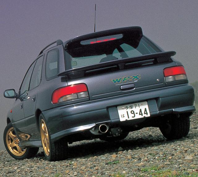 画像: ワゴンはダブルのリアスポイラーが特徴的。タイプRAとタイプR STiにはポテンザRE010タイヤが標準装備されていた。