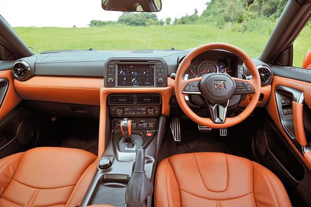 画像: 写真はプレミアムエディションにオプション設定されるタンの内装。2018年モデルで防盗防止システムとApple CarPlayを全グレード標準装備に。