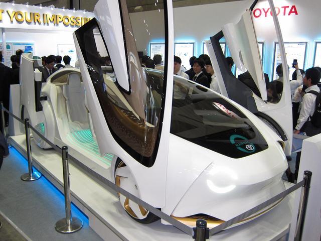 画像: トヨタの「CONCEPT-愛I」には大勢の人が魅入っていた。