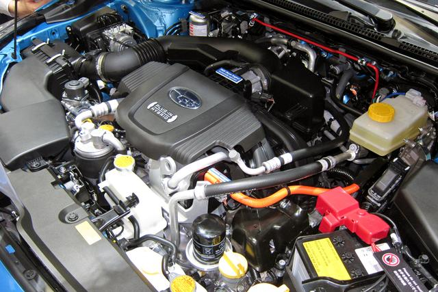 画像: スバル・クロストレックは人が多くて実車は撮れず。エンジンルームの写真でご勘弁を!
