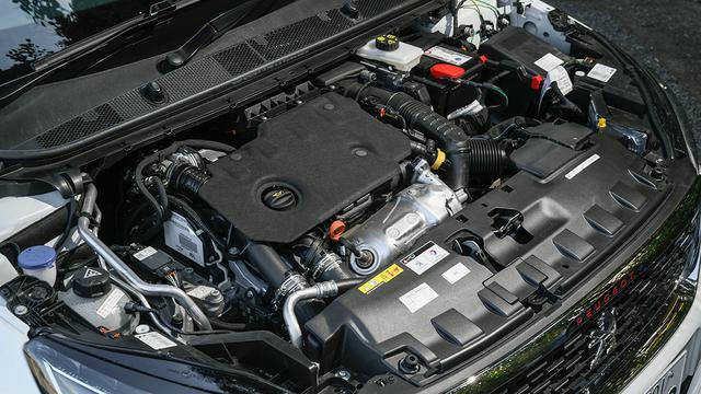 画像: 新ユニットの1.5Lディーゼルターボエンジン(最高出力130ps、最大トルク300Nm)。先代の1.6L版に比べて10psパワーアップ。