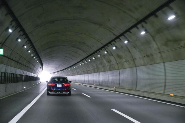 画像: トンネルや橋の上では停車せず、安全な場所まで移動しよう。