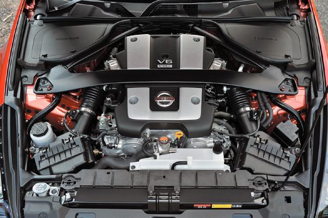 画像: 3.7LのV6自然吸気エンジンのVQ37VHR型。最高出力336ps/最大トルク365Nmを発生し、扱いやすさとハイレスポンスを両立している。