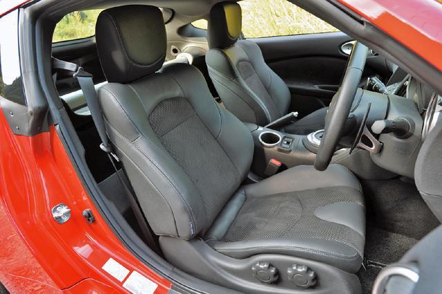 画像: バージョンSTには運転席ランバーサポート機能を備える本革/スエード調ファブリックのコンビシート(ヒーター内蔵)が標準装備。