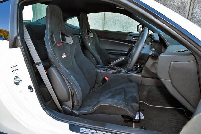 画像: GRはスポーティな走りに対応する専用のレカロ製フロントシート(アルカンターラ表皮)が標準装備となる。