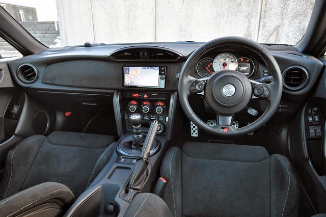画像: GRとGRスポーツは専用の小径本革巻き3本スポークステアリングのほか、ホワイトフェイスのタコメーターなどを装備する。