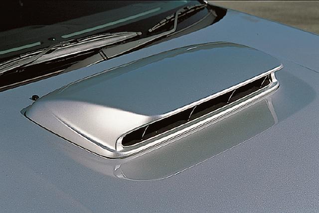 画像: アルミボンネット上のエアインテークは、STiのみ専用のアルミ導風版付き大型エアスクープが装備される。