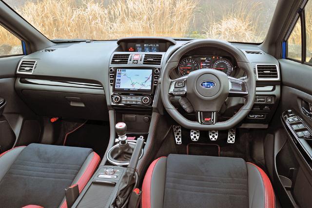 画像: 赤い刺し色が映えるインパネ。タコメーターのレッドゾーンは8000rpmから、スピードメーターは290km/hスケール。