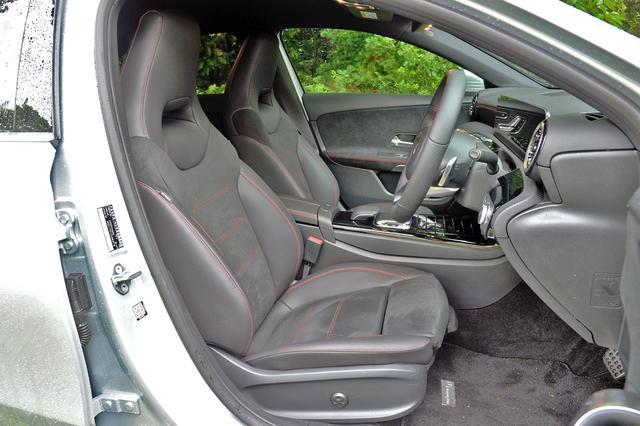 画像: レッドステッチ入りのレザーDINAMICAシートはパッケージオプション。