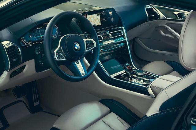 画像: BMW M850i xDrive First Editionの内装色は、アイボリーとナイトブルーが組み合わされる。