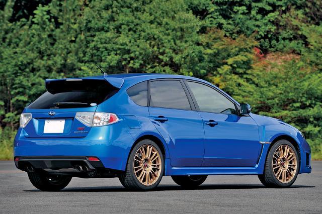 画像: 標準仕様のWRX STIのリアビューは、スペックCと違いはない。ゴールド塗色のBBS製アルミホイールは、WRブルーマイカ塗装車専用のオプションだ。