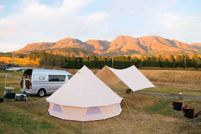 画像: オートキャンプのイメージ。道具を積むため、ラゲッジスペースの大きなクルマが必要になることも。