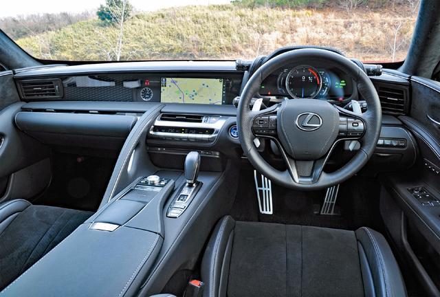 画像: 運転の高揚感を演出するだけでなく乗員を包み込むおもてなしの助手席側空間を融合。さらにラグジュアリー性も見事に表現。