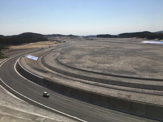 画像: 2021年に開設予定の超高速周回路の工事が急ピッチで進む。中央には2kmにも及ぶ直線路も。
