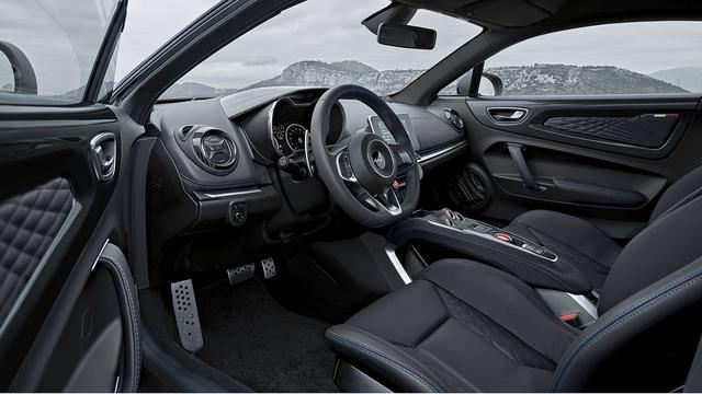 画像: ブラックレザーのサベルト製スポーツシートを装備。