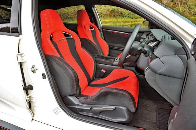 画像: 強力なコーナリングGやブレーキGでもドライバーの操縦姿勢をしっかり保持するタイプR専用シートを採用。