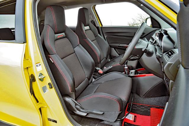 画像: フロントシートは専用セミバケット。ワインディングはもちろん、フルハーネスを装着すればサーキット走行にも対応する。