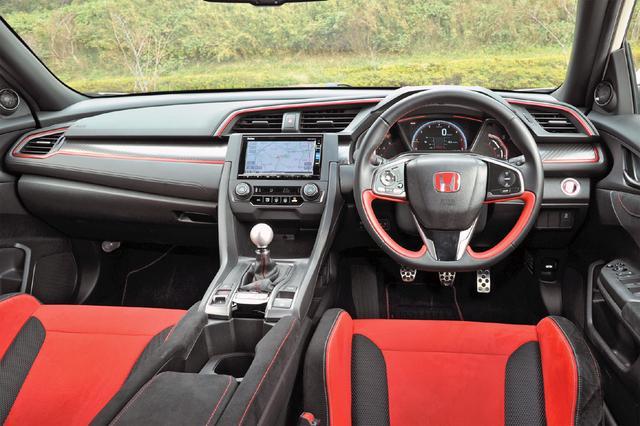 画像: レブインジケーター採用の専用メーターにカーボン調パネル、メタリックな赤を組み合わせ、コクピットをスポーティに演出。
