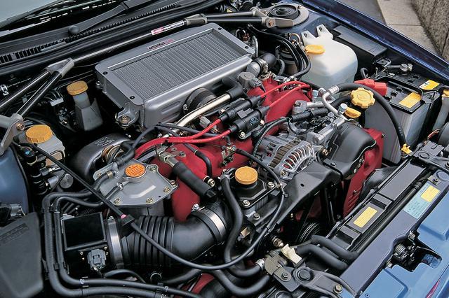 画像: エンジンのボアを92mmから96.9mmにアップ。WRカー譲りのクローズドデッキタイプのシリンダーブロックを採用した。