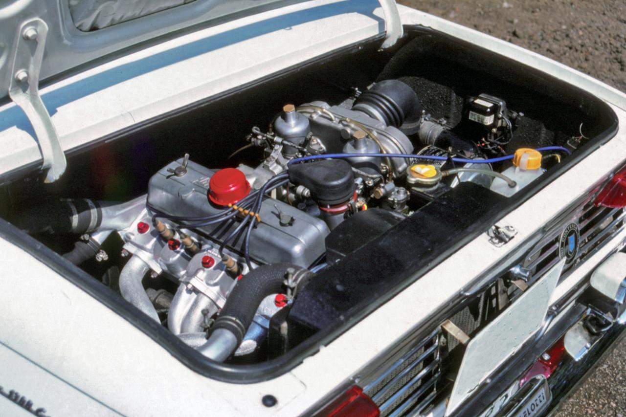 画像: リアに搭載されるGR100型は直4のOHV。中低速のトルクが厚い実用性に富んだエンジン。クランクシャフトは5ベアリング支持で耐久性も高かった。
