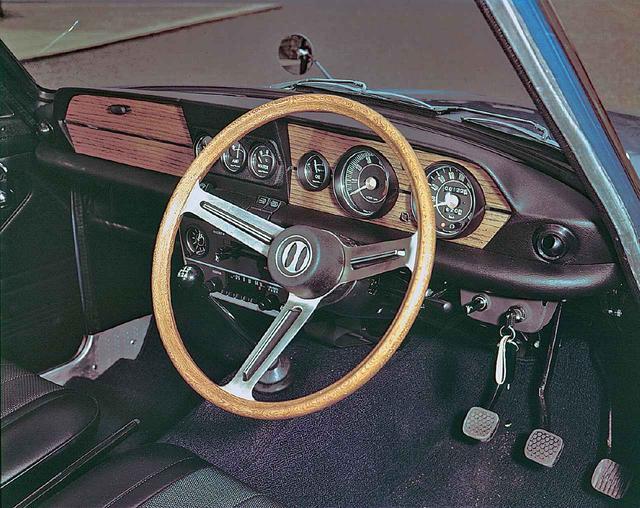 画像: スポーツカームードいっぱいのコクピット。シフトストロークの短い4速フロアが小気味良かった。