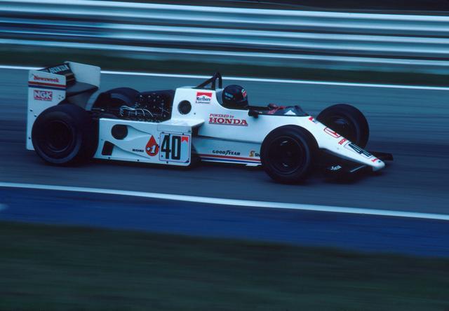 画像: 1983年7月に行われた第9戦イギリスGPでF1デビュー。当初は第1期のカラーリングに似た、白地に赤のものだった。細身で華奢なフロントセクション、角ばったサイドポンツーン、巨大なリアウングが特徴。