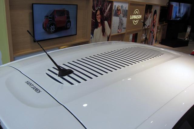 画像: ルーフにはユニークなボーダーのステッカーとセントジェームスのロゴが入る。