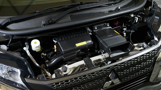 画像: eKクロスには自然吸気0.6L直3と過給器付きの0.6L直3ターボエンジン(写真)の2種類が用意されている。
