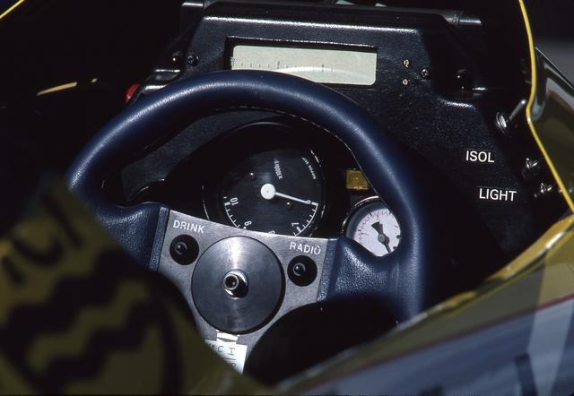 画像: シンプルなコクピット。傾けて搭載されたタコメーターは1万2000rpmまで刻まれていた。