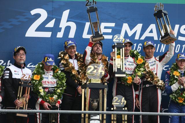 画像: ル・マン24時間したのは8号車トヨタTS050ハイブリッド(左4人目からフェルナンド・アロンソ、セバスチャン・ブエミ、中嶋一貴)だった。