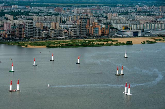 画像: カザン大会のコースは川の上に設置されている。