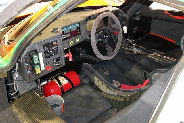 画像: ハンドル位置は右だがシフトも右。メーターはデジタル。助手席側のスイッチ類は運転中には操作しないものだろう。
