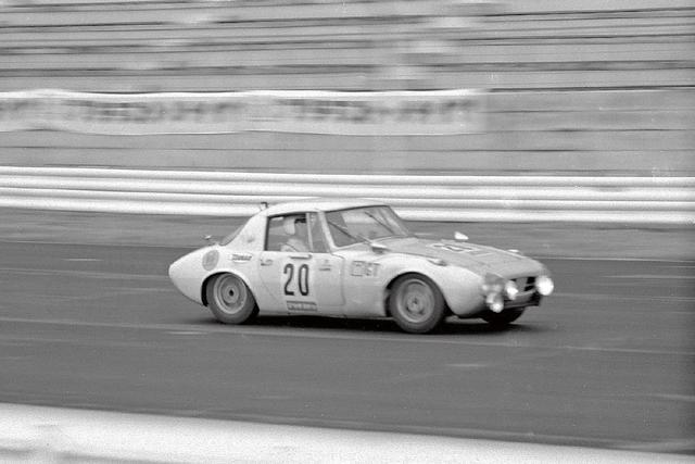 画像: 1965年7月18日、船橋サーキットのオープニングレース「全日本自動車クラブ選手権レース」で活躍したヨタハチ。ドライバーは不世出の天才と呼ばれた故・浮谷東次郎。