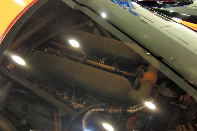画像: リアウインドー越しにわずかに見える3.5LのV8ツインターボエンジン。